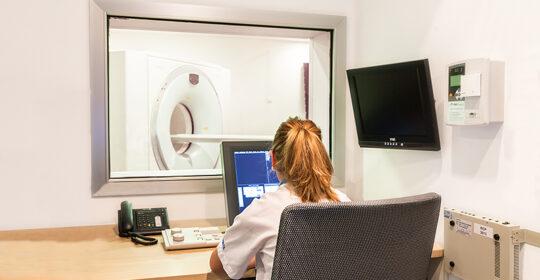 Cómo se realiza una tomografía por emisión de positrones (PET)